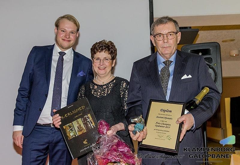 Peter Leth Keller overrækker prisen for Årets Championopdrætter til Stutteri Hjortebos Jette og Søren Hjorth Jensen. Foto: Burt Seeger / US Photo.