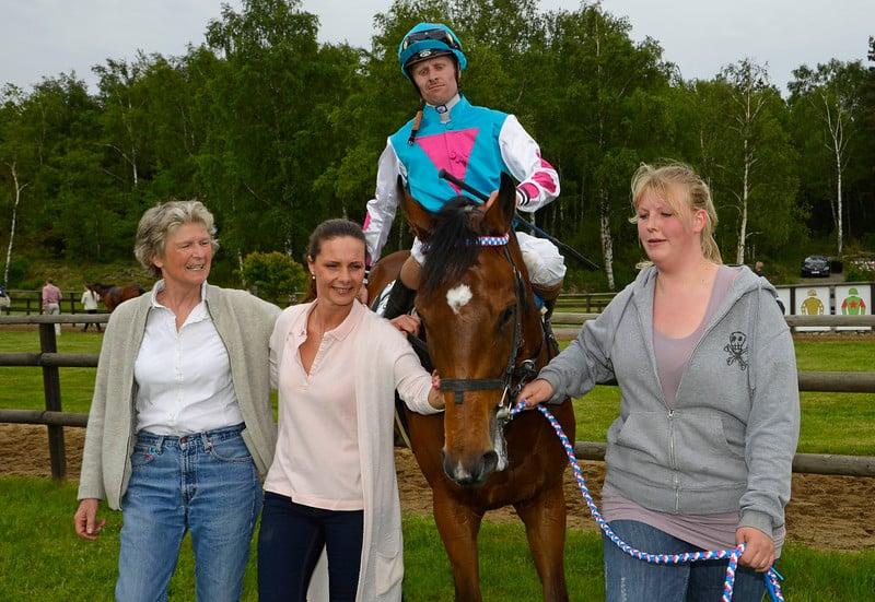 Træner Tina Mortensen og ejer Charlotte Bondam tager imod Kodachrome og Nicolaj Stott. Foto: Stefan Olsson / Svensk Galopp.