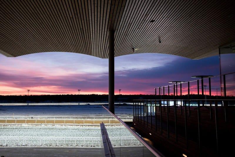 Solen på vej ned over Bro Parks sidste løbsdag i 2016. Foto: Elina Björklund / Svensk Galopp.