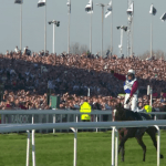One For Arthur og Derek Fox skærer målstregen som vindere af Grand National på Aintree.