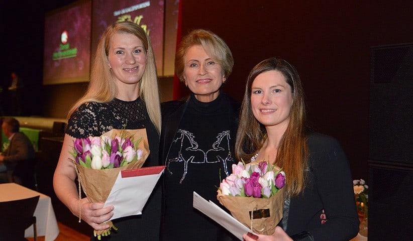 Karin Salling flankeret af Lea Olsen og Amanda Harbjerg. Foto: Lasse Jespersen / Hestesportens Galla.