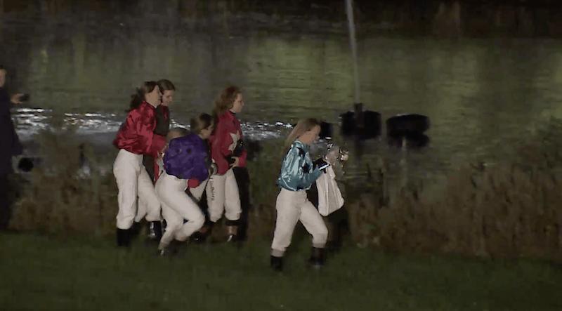 Her er Lea Olsen få sekunder fra at blive kastet i søen af sine rytterkollegaer efter DM-triumfen i Aalborg.