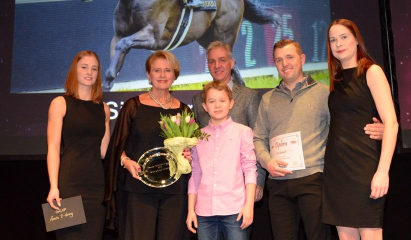 Karin Salling og Marc Stott på podiet for at fejre Sir Churchills pris som Årets 2-årige Hest. Foto: Lasse Jespersen.