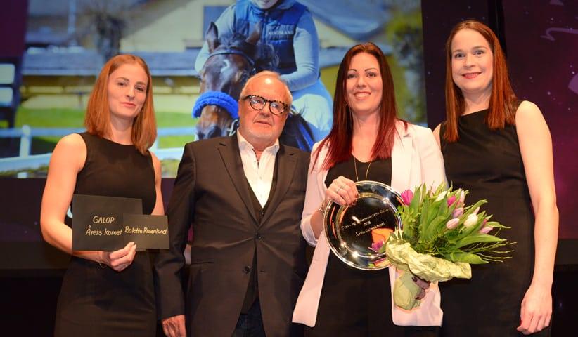 Bolette Rosenlund modtager prisen som Årets Komet i dansk galopsport af Odessa Racings Jes Henneberg. Foto: Lasse Jespersen.