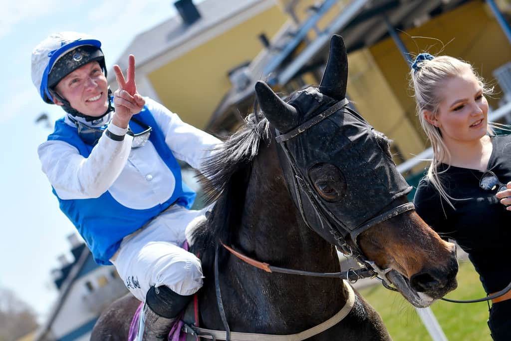 Jan-Erik Neuroth fejrer sin anden dagssejr på ryggen af Nouvelle Lune. Foto: Stefan Olsson / Svensk Galopp.