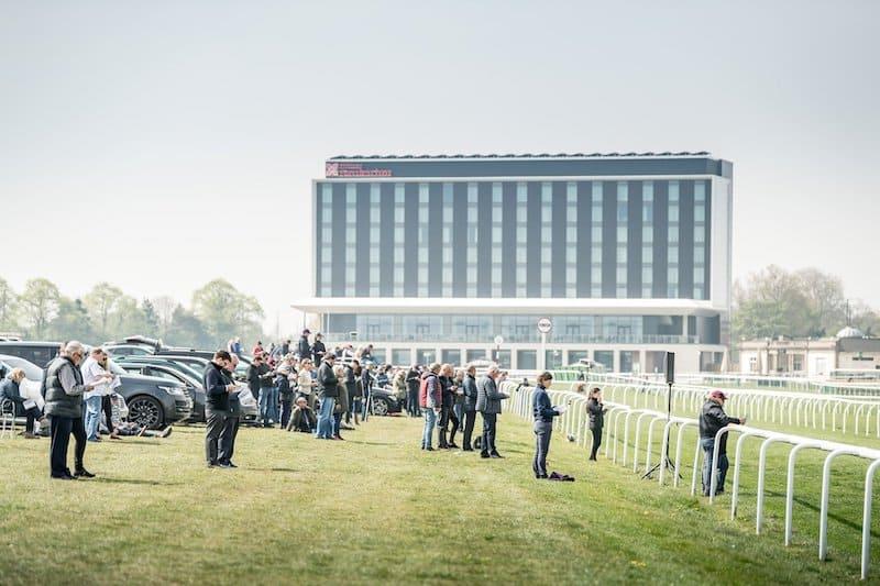 Breeze Up på Doncaster Racecourse med det nyopførte Hilton Gardens i baggrunden. Foto: Sarah Farnsworth / Goffs UK.